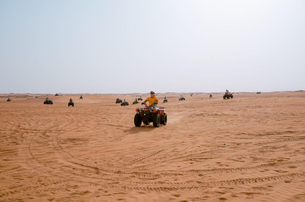 טרקטורונים בדובאי – חוויה מדברית בלתי נשכחת